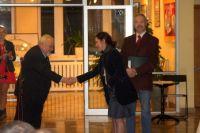 Profesor-Tadeusiewicz-przekazuje--Magdalenie-Wisieckiej-gratulacje-dla-organizatorw-IV-edycji-konkursu